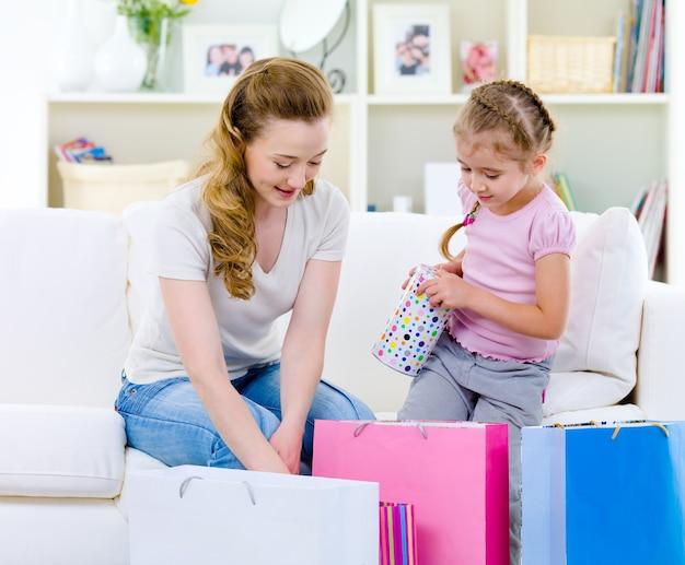 Moeder met dochter na het winkelen