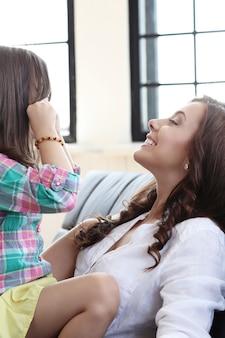 Moeder met dochter op de bank