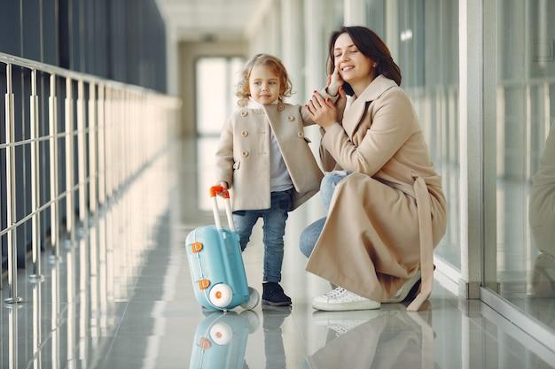 Moeder met dochter op de luchthaven