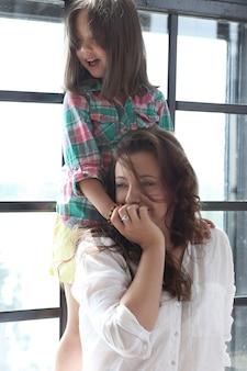 Moeder met dochter poseren