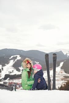 Moeder met dochter skiën. mensen in de besneeuwde bergen.