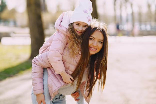 Moeder met dochter spelen in een park
