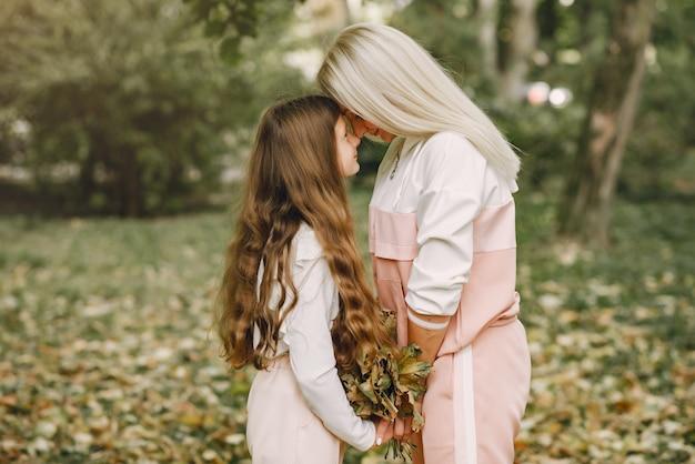 Moeder met dochter spelen in een zomer park