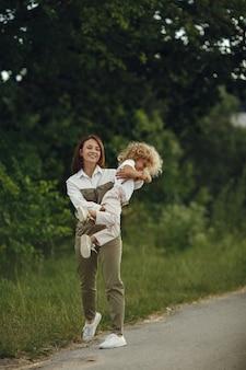 Moeder met dochter spelen in een zomer-veld