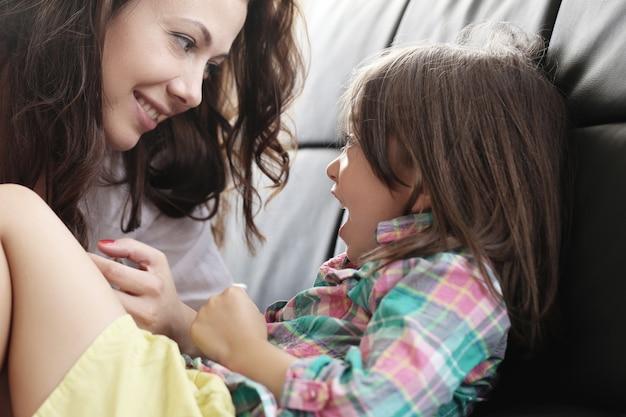Moeder met dochter spelen