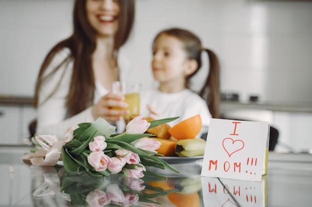 Moeder met dochter thuis