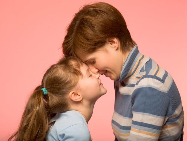 Moeder met dochter, zijaanzicht