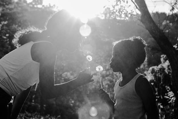 Moeder met dochter zwart-wit foto