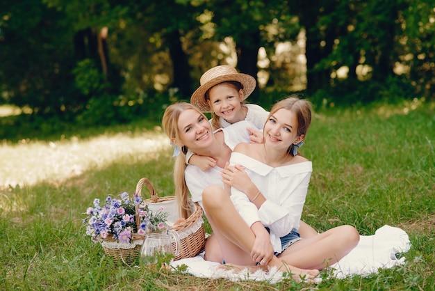 Moeder met dochters in een park