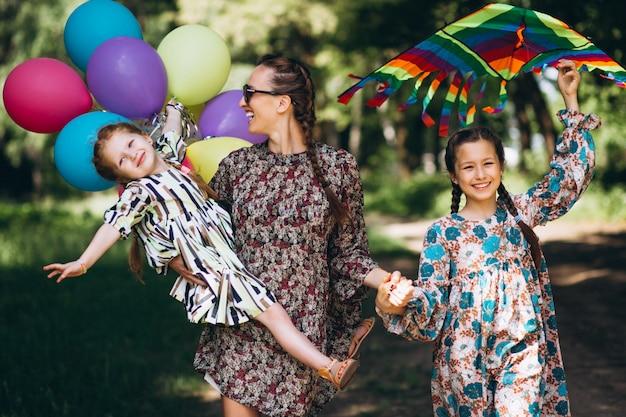 Moeder met dochters in park