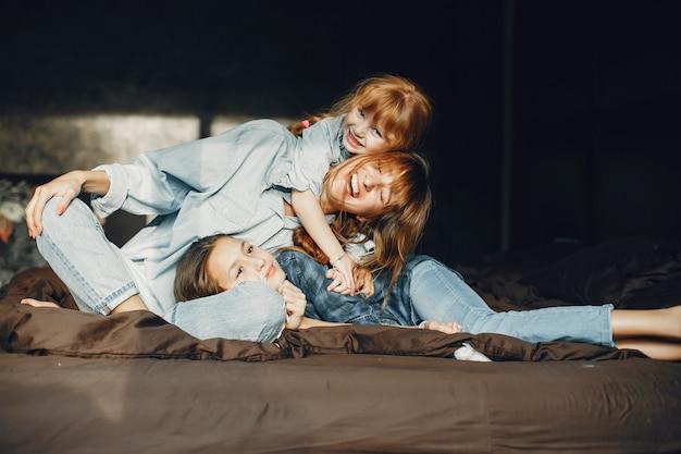 Moeder met dochters thuis