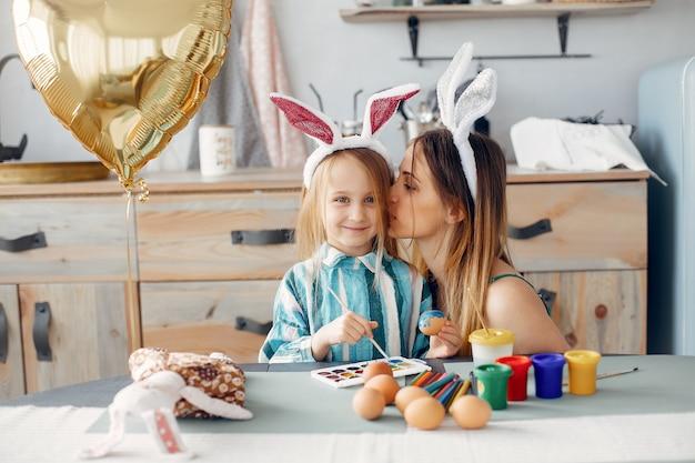 Moeder met dochtertje in een keuken