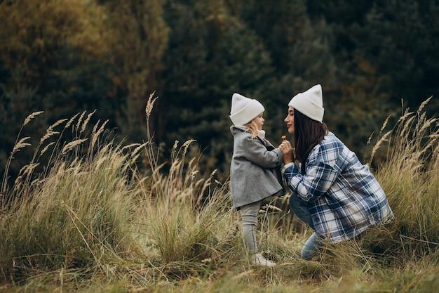 Moeder met dochtertje samen in herfstweer met plezier