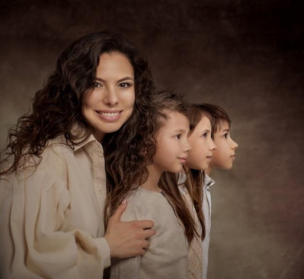 Moeder met drie kinderportretten in profiel