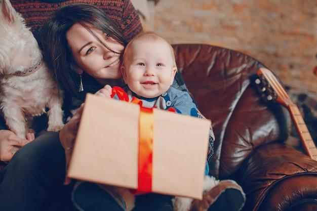 Moeder met een baby in haar armen en dit met een gift
