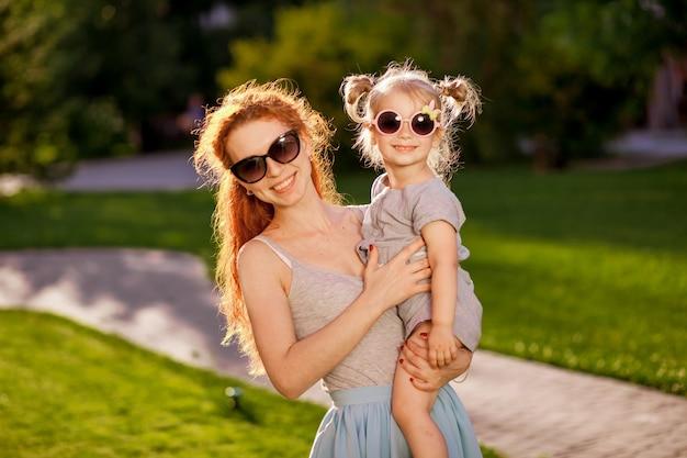 Moeder met een kind met zonnebril