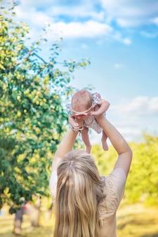 Moeder met een pasgeboren baby in haar armen. selectieve aandacht. mensen.