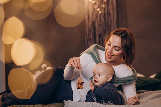 Moeder met haar babyjongen die kerstmis viert