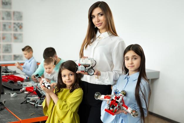 Moeder met haar dochter en zoon met robots van de constructeur