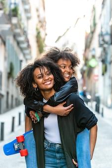 Moeder met haar dochter op de rug.