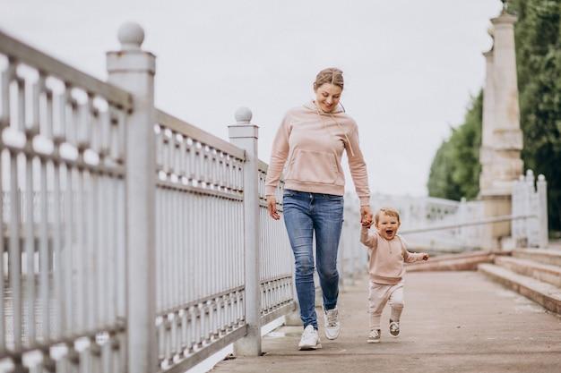 Moeder met haar dochtertje in het park