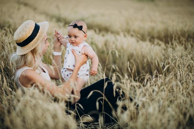 Moeder met haar dochtertje in veld