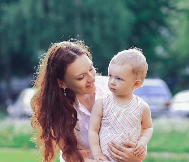 Moeder met haar dochtertje op een wandeling op een zomerse dag