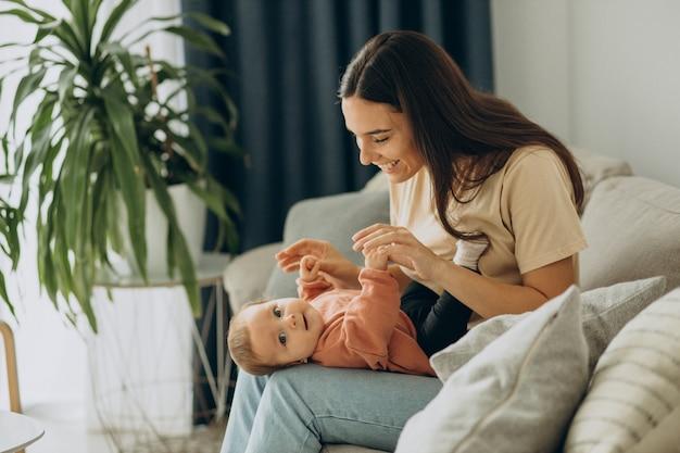 Moeder met haar dochtertje thuis