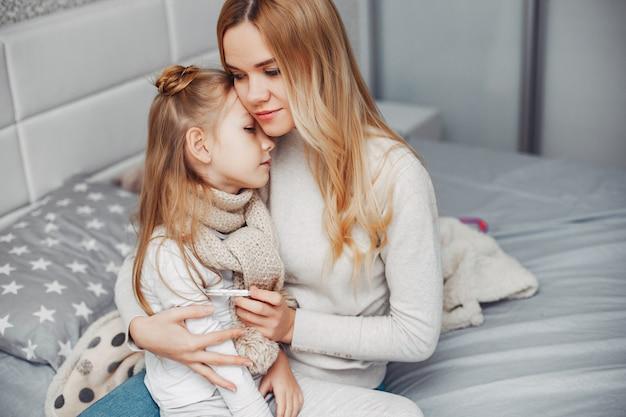 Moeder met haar illnes dochter in een slaapkamer