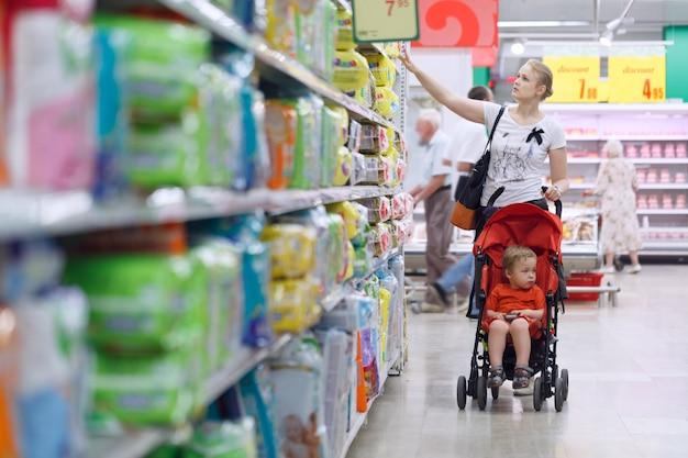 Moeder met haar jongen in de supermarkt