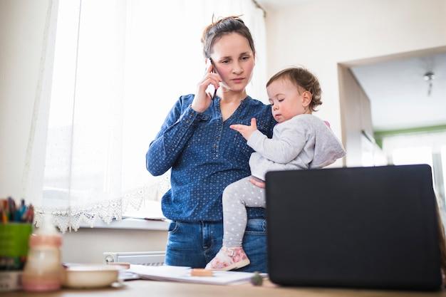 Moeder met haar kind dat op smartphone spreekt