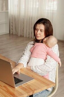 Moeder met haar kind thuis