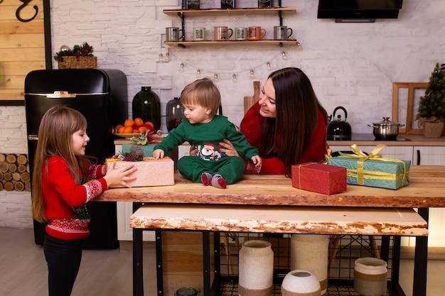 Moeder met haar kinderen op kerstmistijd in keuken