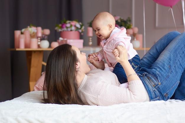 Moeder met haar kleine baby in de slaapkamer
