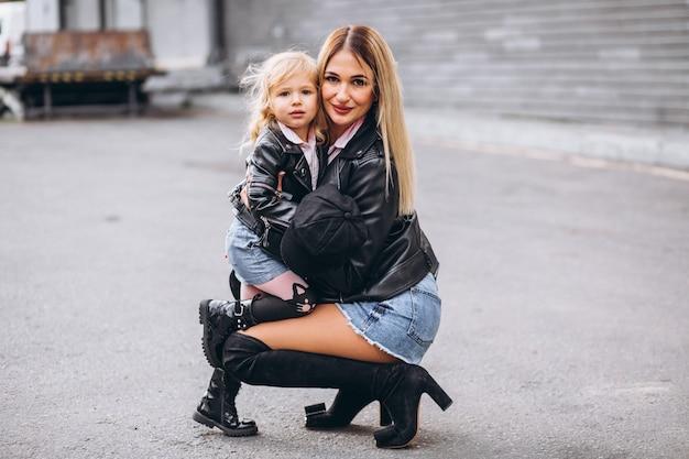 Moeder met haar kleine babydochter buiten de straat