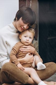 Moeder met haar peuterzoon knuffelen
