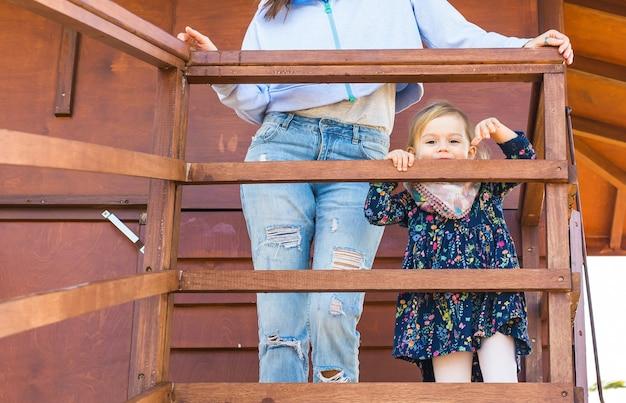 Moeder met haar schattige kleine meisje in een park