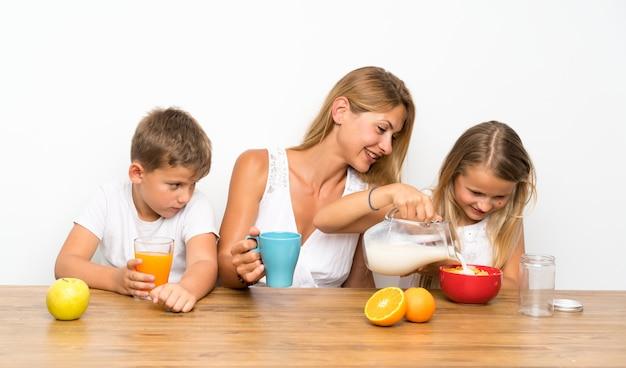 Moeder met haar twee kinderen aan het ontbijt