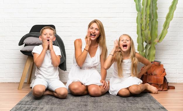 Moeder met haar twee kinderen die binnenshuis schreeuwen