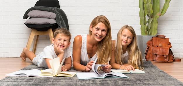 Moeder met haar twee kinderen naar binnen en studeren