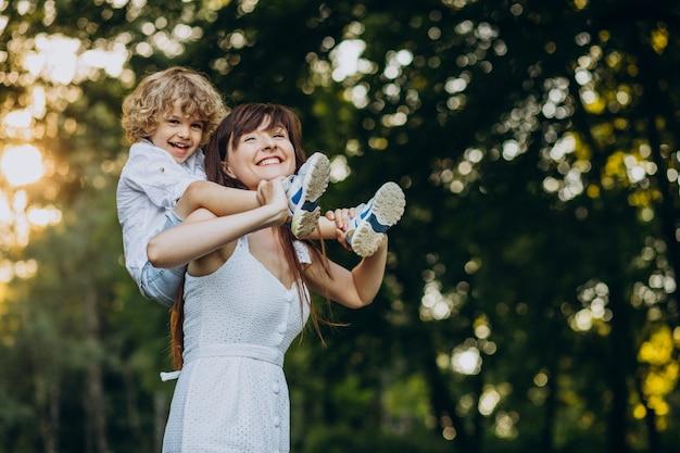 Moeder met haar zoon die pret in park heeft