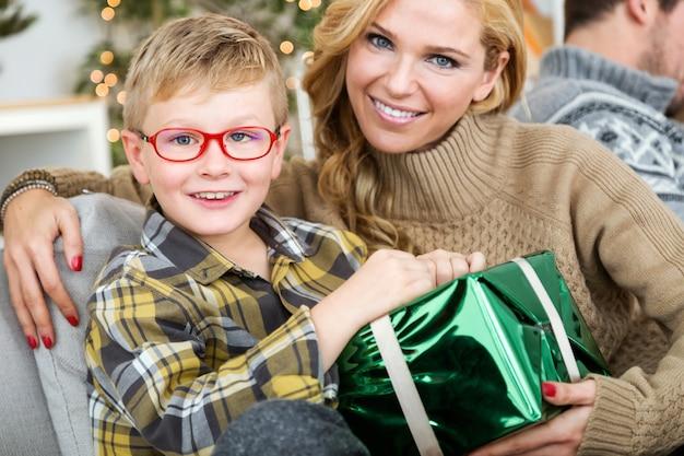 Moeder met haar zoon en een grote groene geschenk