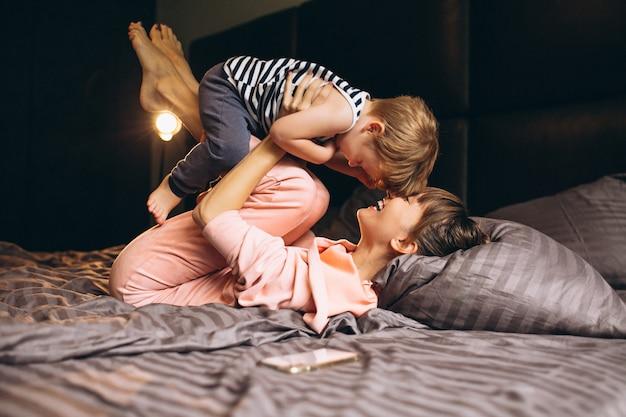 Moeder met haar zoon in bed