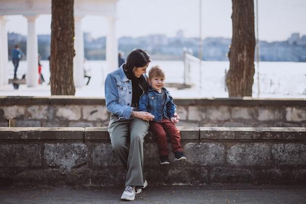 Moeder met haar zoontje in park