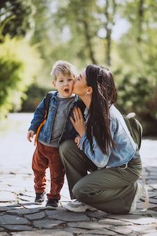 Moeder met haar zoontje plezier in park