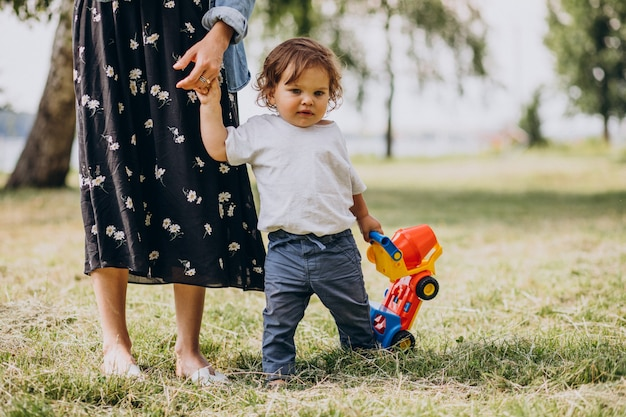 Moeder met haar zoontje samen in park