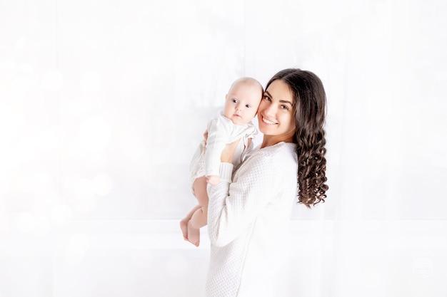 Moeder met kind, gezin, concept van een gelukkig jong gezin met een klein kind, levensstijl, moederdag