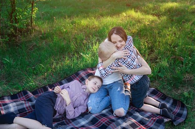 Moeder met kinderen bij picknick. weekendje weg met familie. liefhebbende zoon.