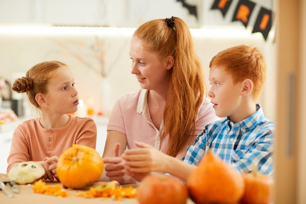 Moeder met kinderen die ambachten maken