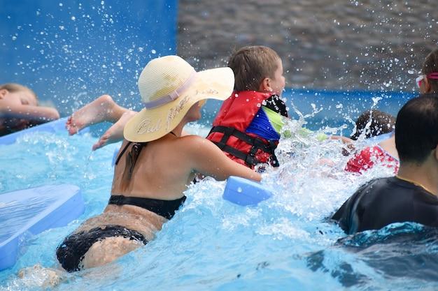 Moeder met kinderen in het waterpark